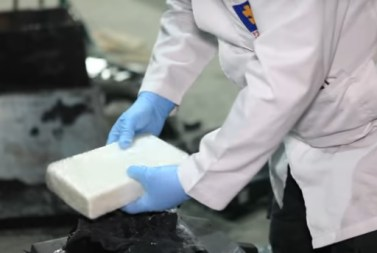 En el interior de las boyas las autoridades encontraron panelas completas de cocaína.