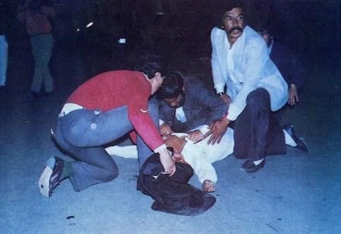 Mientras Galán es llevado a un centro médico, Julio Cesar Peñaloza trata de ser reanimado en medio de la calle, sus auxiliadores ya lo han despojado del saco y piden angustiados ayuda para su traslado.