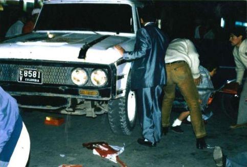 La misma camioneta que sirvió para transportar a Luis Carlos Galán hacia la plaza principal, también sirvió de parapeto a los asistentes que huían despavoridos ante los disparos de los sicarios.