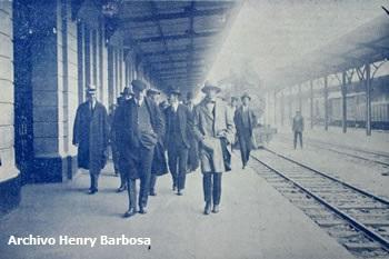 Marzo, 1923. Los miembros de la Misión financiera norteamericana, al bajar, en la Estación de La Sabana, del tren expreso que los condujo a Bogotá.