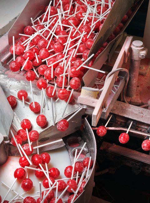 Las Bon Bon Bums de sabor a fresa o frutilla son ordenadas en el departamento de caramelos duros de Colombina, que hace dieciséis sabores de la paleta