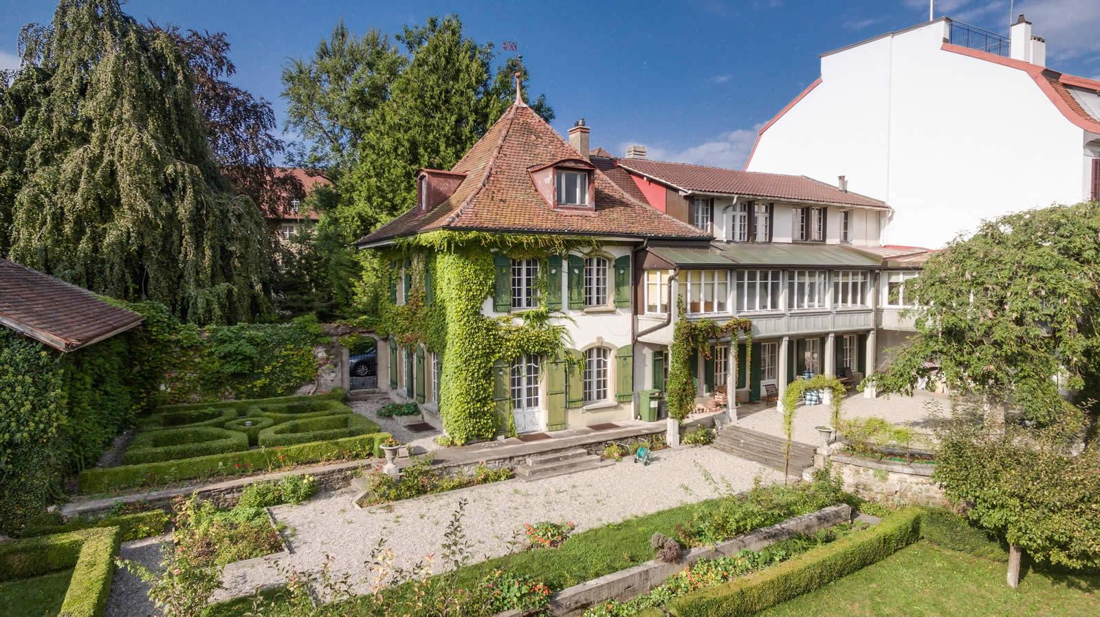 Batisse du 20me sicle au charme dantan avec 8 chambres et un superbe jardin arbor  vendre