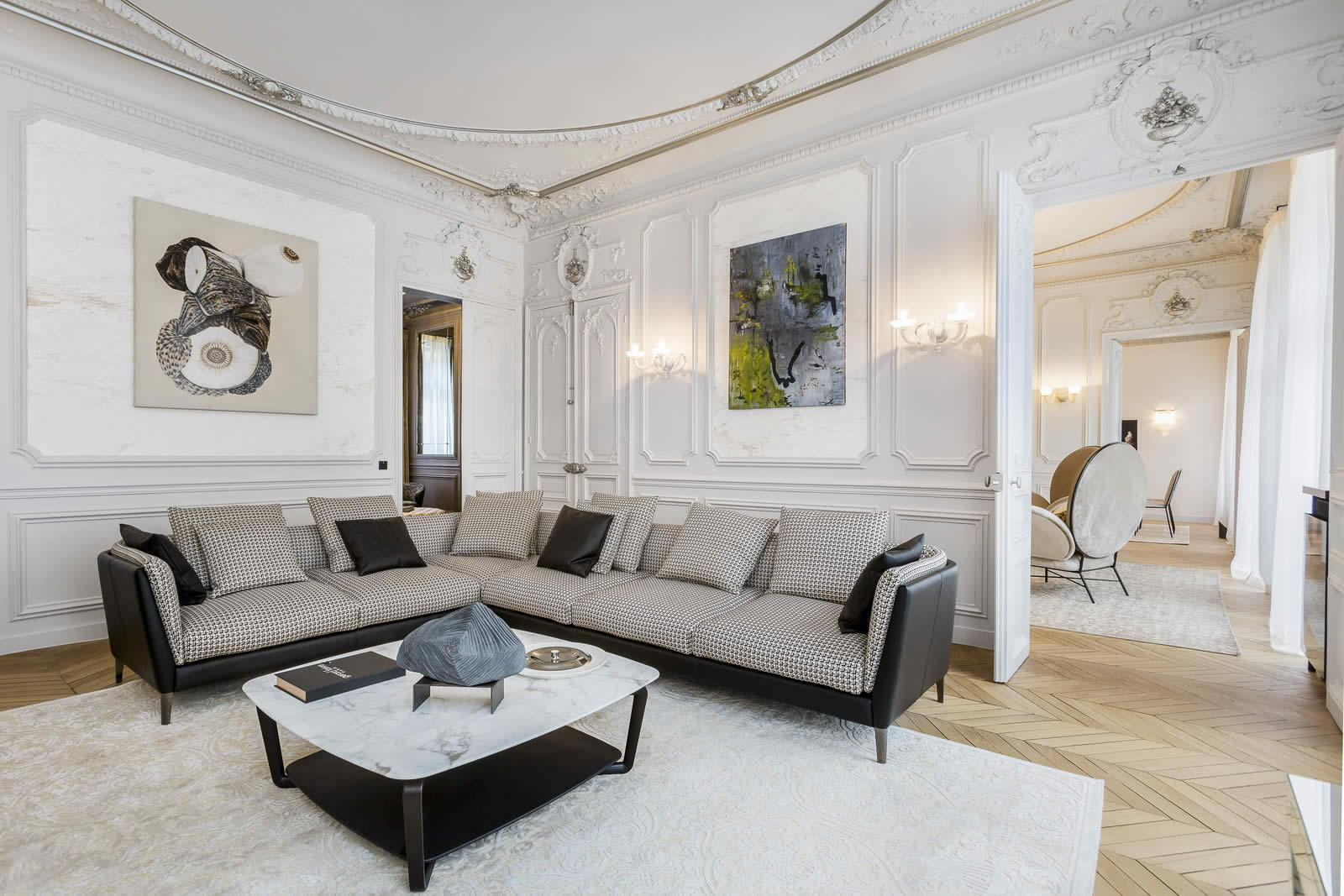 Beautiful Apartment of 2 bedrooms For Sale in the Golden Triangle of Paris