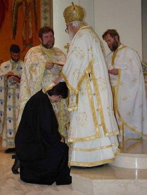 Пострижение Евы Тиббс в чтеца совершает митр. Антоний Сан-Францисский (Константинопольский патриархат) 8 июня 2003 г. Ева Тиббс - декан Колледжа св. Екатерины в Калифорнии.