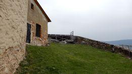 6 - Kusy dočasných drevených konštrukcií sa váľajú aj pri vonkajšou opevnení Krásnej Hôrky