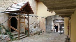 7 - Dočasná drevená strieška chráni aj vchod do kaplnky