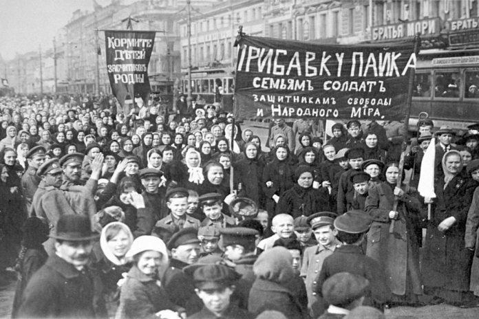 Demonstration von Fabrikarbeitern in Petrograd (heute St. Petersburg) 1917 Foto: Museum für Politische Geschichte, St. Petersburg, public domain