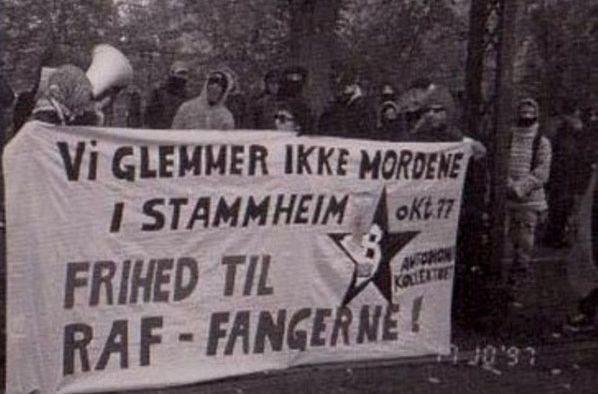"Manifestation foran den tyske ambassade, oktober 1997- arrangeret af de to autonome tidsskrifter ""Propaganda"" og ""Autonomi"" / autonomi-kollektivet. Kilde: https://www.autonominfoservice.net/2009/06/08/rote-armé-faktion-den-vesttyske-byguerilla-gruppes-historie/"