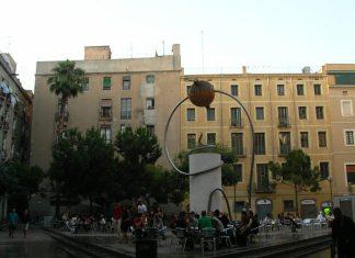 Pl. George Orwell i Barcelona med monument af Leandre Cristòfol fra 1935. Photo taget 18 June 2006 af Enfo. CC Kilde: https://commons.wikimedia.org/wiki/File:114_Pla%C3%A7a_George_Orwell.jpg