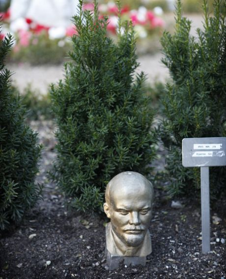 Lenin på Assistens Kirkegård, september 2010, afd. IRIS, urnegravsted nr. 35. (Foto: Mark Knudsen/Monsun)