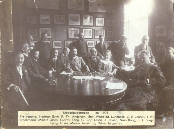 """Medarbejdermøde på """"Socialdemokraten"""", 1913, med både Gustav og Nina Bang. Kilde: Journalisten, http://journalisten.dk/gravende-journalistik-anno-1913"""