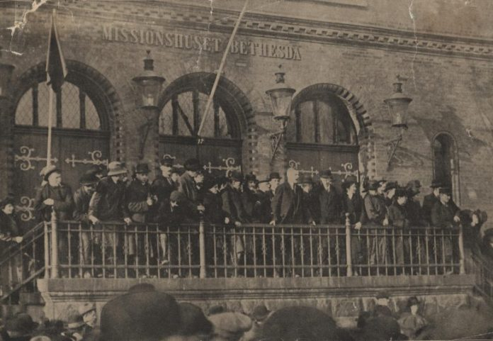 Poul Gissemann taler fra missionshusets trappe under det store Grønttorvsmøde den 10. november 1918. Kilde: Arbejdermuseet & ABA. Kilde: https://www.arbejdermuseet.dk/slaget-paa-groenttorvet/ - med artikel !