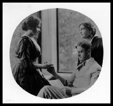 John Macy reads to Helen Keller while Anne Sullivan-Macy watches, ca. 1914 (se linket til Spartacus)