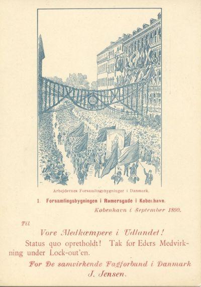 """D. 5. september 1899 sluttede en af de største konflikter nogensinde på det danske arbejdsmarked med Septemberforliget. En aftale, som mange senere hen har omtalt som det danske arbejdsmarkeds grundlov. Og som takkekortet her viser, er Septemberforliget også en historie om solidaritet inden for arbejderbevægelsen. Op mod 40.000 arbejdere var ramt i den 4 måneders lange lockout. Sult og nød truede den i forvejen fattige arbejderklasse. Det var derfor en tiltrængt støtte til de lockoutede arbejdere, da danske landbrugere sendte mad, og udenlandske arbejdere støttede med penge og moralsk opbakning. Fra arbejdere i udlandet modtog man ca. 1,4 mio kr., hvilket i dag ville svare til næsten 98 mio kr. Efter konfliktens afslutning sendte De samvirkende Fagforbund (LO) takkekort til """"Vore Medkæmpere i Udlandet."""" Den internationale solidaritet blandt arbejderne var altså medvirkende til, at arbejderne kunne holde stand under den lange lockout. Læs mere om Septemberforliget på vores hjemmeside: https://www.arbejdermuseet.dk/viden-samlinger/temaer/den-tidlige-arbejderbevaegelse/septemberforliget-1899/"""