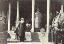 """Peter Kropotkin passes through Haparanda in 1917. It is probably taken by a local photographer in Haparanda since it was published on page 39 i n the city of Haparanda's 100th jubilee yearbook published three years after the city turned 100 years in 1942. (""""Haparanda stad 100 år"""", by R. Odencrants, printed in Uppsala 1945). Public Domain. Se mere nedenfor 8. februar 1921"""