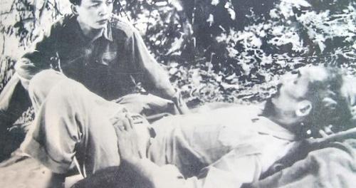 General Giap og Ho Chi Minh slapper af i bjergene