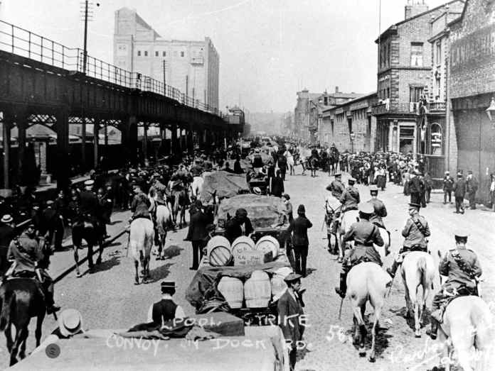 Konvoj af gods massivt beskyttet af politi. Courtesy LRO. http://www.yoliverpool.com/forum/showthread.php?108243-1911-Liverpool-Transport-Strike-Pictures-and-Information