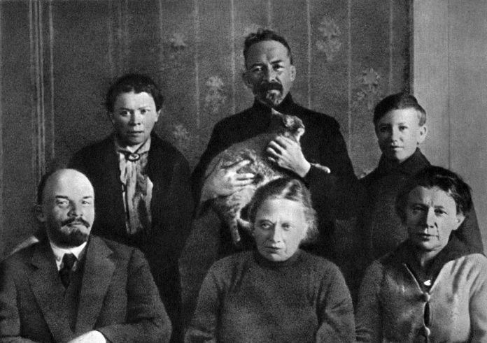 Lenin and his family (V.I. Lenin, N.K. Krupskaya, A.I. Elizarova, M.I. Ulyanova, D.I. Ulyanov and G.Ya.Lozgachev) in the Kremlin's apartment of V.I. Lenin . Moscow, autumn of 1920. The history of photo restoration in the 1930s N.P. Tikhonov, see here: https://dlib.rsl.ru/viewer/01005464067?page=221 . Photo: I. Leshchenko. Public Domain. See below 22. april 1870.