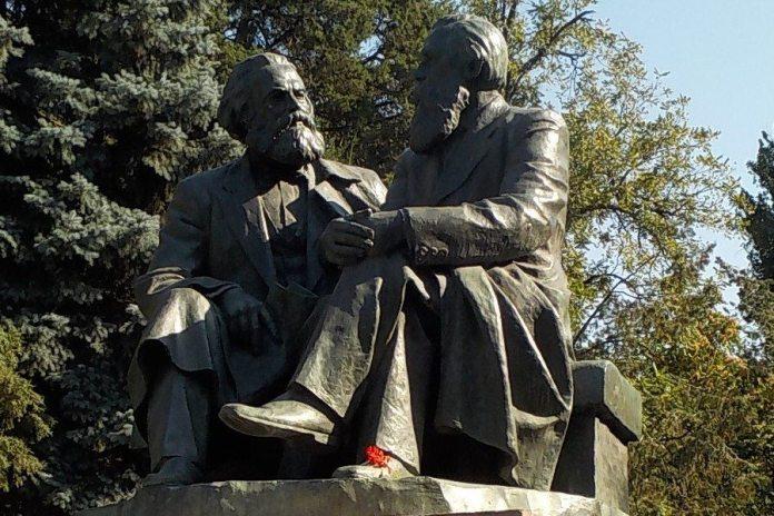 Marx og Engels i det grønne. Statuer af Karl Marx og Friedrich Engels i Bishkek, Kirghizstan. Taget 9. august 2017. © Zorion, CC-BY-SA, Wikimedia Commons