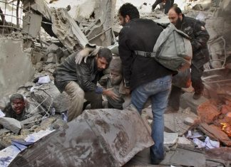 Mennesker reddes ud af ruinerne efter israelske bombardementer. Operation Cast Lead, Gaza. 28. december 2008. Foto: Amir Farshad Ebrahimi.