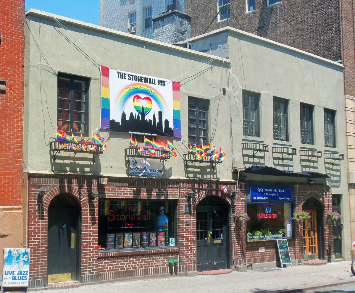 Stonewall Inn, that was the goal for the police razzia i 1969 making the place the birthplace of the modern gay-rights movement, festooned with gay-pride banners and flags the weekend after Gay Pride Day 30 June 2012. Photo: Daniel Case. Source: Wikimedia Commons.