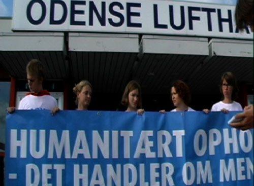 Asylaktivister fra Århus kørte natten til onsdag den 2. september mod Billund lufthavn for at hindre udvisningen af 22 irakiske asylansøgere. Da de hørte udvisningen skete fra Odense ændrede de kurs, men nåede først frem efter flyet fra Danish Air Transport var lettet. Stillbillede fra videooptagelse af Aage Rais-Nordentoft.