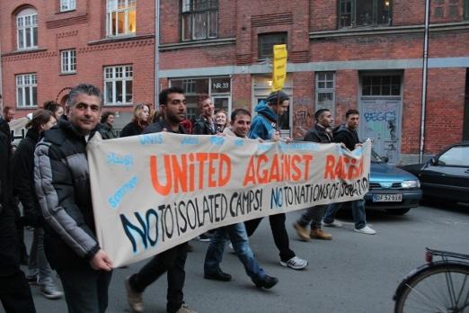 """Foto fra demonstrationen 16. marts 2012 i Søllerødgade. Kilde Projektantifa.dk: <a href=""""http://web.archive.org/web/20181027132616/http://projektantifa.dk/2012/03/17/article-over-tusinde-demonstrerede-mod/"""">Over tusind demonstrerede mod fascistisk terror</a>"""