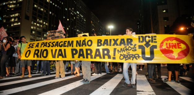 "People protesting in the streets of Rio de Janeiro. The sign reads ""Se a passagem não baixar, o Rio vai parar!"", which translates to ""If the fare doesn't drop, Rio is going to stop!"" (Kilde: Wikipedia)"