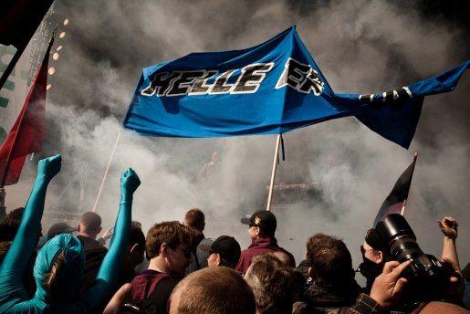 """""""Helle er blå""""-banneret med blå mænd foran scenen i Fælledparken. (Foto Mette Kramer Kristensen/Monsun)"""