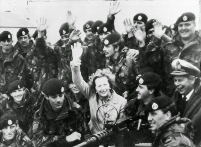 A women at war, and Argentina and the peace movement surrenders. Mrs. Thatcher visiting British troops in Falkland Islands, January 1983. Kilde: https://rarehistoricalphotos.com/margaret-thatcher-falkland-islands-1983/