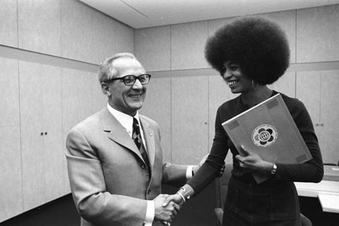 DDRs Erich Honecker byder Angela Davis velkommen i Berlin 11/9 1972