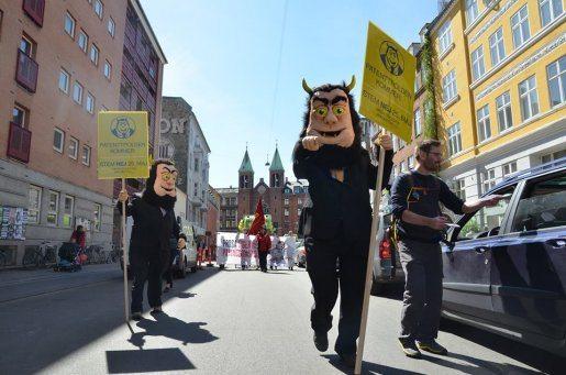 Patenttrolde på gaden med humor og argumenter imod den europæiske patentdomstol den 1. maj i København. Foto: PR.