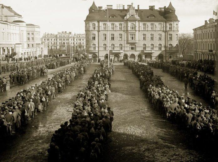 10.000 tilfangetagne rødgardister i Tampere 1918. Foto: arkiv af E. A. Bergius / Vapriikki