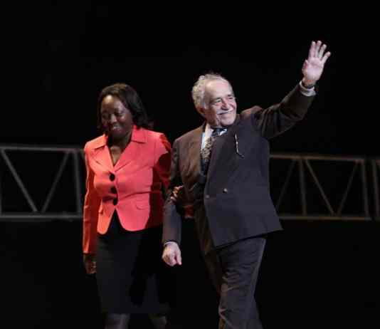 "Colombias kulturminister Paula Moreno og den colombianske forfatter Gabriel García Marquez var ansvarlige for at levere ""Mayahuel de Plata"" til Victor Gaviria ved Festival Internacional de Cine en Guadalajara, 19-03-2009. cc-by-2.0."