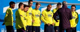 epa08194505 FC Barcelona's head coach Quique Setien (2-R) leads his team's training session at Sant Joan d'Espi sports city near Barcelona, Spain, 05 February 2020. FC Barcelona will face Athletic Bilbao in their Spanish King's Cup quarter final soccer match on 06 February 2020. EPA-EFE/ENRIC FONTCUBERTA