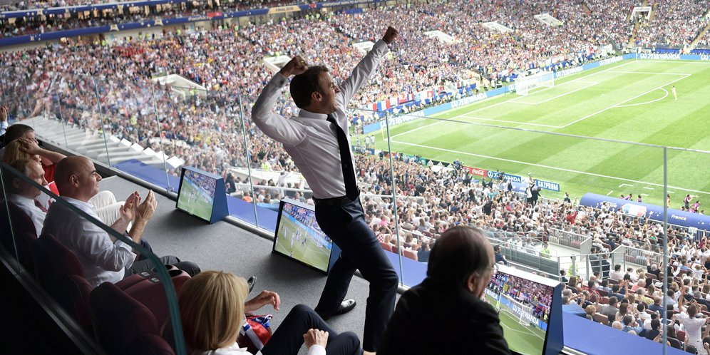 Presiden Perancis - Emmanuel Macron Lakukan Selebrasi Melalui Podium Penonton
