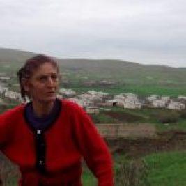 Jivani, ville située sur territoire d'Azerbaïdjan, près de la frontière S-E du Karabagh est aujourd'hui dans une zone sous contrôle des forces arméniennes. Peuplée d'Azéris avant la guerre du Karabagh (1990-1994), elle compte une quarantaine de familles arméniennes, réfugiées ou déplacées, vivant ici dans des habitations construites parmi les ruines de la guerre. » © F. Ardillier- Carras