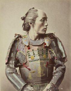 « Guerrier en armure traditionnelle », Raimund von Stillfried, 1875, Fond de la Société de Géographie, Bibliothèque nationale de France, département des Cartes et plans