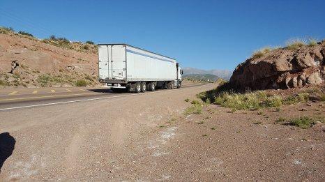 Route reliant le Chili et l'Argentine, très fréquentée par les camions _ Photo de Rémy