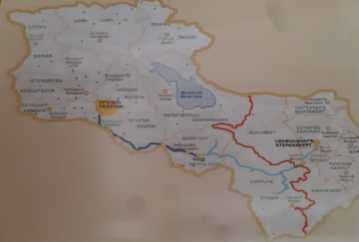 Carte avec le Karabagh, accolé à l'Arménie. Le Karabagh (Artsakh) est une république indépendante autoproclamée. Il est en conflit avec l'Azerbaïdjan depuis la fin de l'URSS et est délimité par une ligne de cessez le feu depuis 1994.