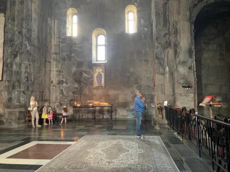 Monastère de Talev : une grande religiosité imprègne beaucoup d'Arméniens, hommes et femmes.