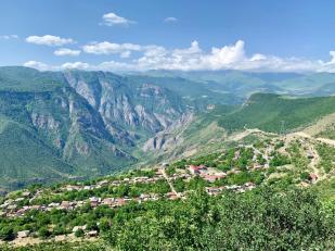 Sur la route vers le monastère de Talev.