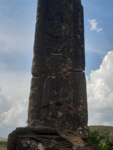 Stèle qui se trouve sur le site des églises de Talin, qui raconte l'histoire de la conversion du roi Tiridate IV. La légende raconte qu'en 301, 40 religieuses romaines sont venues se cacher avec leur superieure en Arménie. Dioclétien, dit-on, avait poursuivi de ses assiduités la plus belle d'entre elles, la jeune Hrip'simé. Informé Tiridate les fait arrêter. À son tour il s'éprend de Hrip'simé et comme elle lui résiste il massacre toute la communauté. Saint Grégoire l'Illuminateur parvient à convertir le roi Tiridate qui avait été changé en sanglier pour avoir martyrisées les vierges chrétiennes.