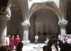 Guéghard : salle creusée dans la montagne ayant une acoustique exceptionnelle et des chœurs y chantent des chants religieux.