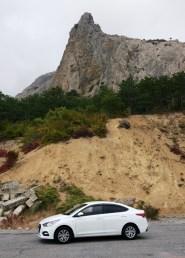 Прокатый автомобиль в Крыму на фоне горного массива Карадаг