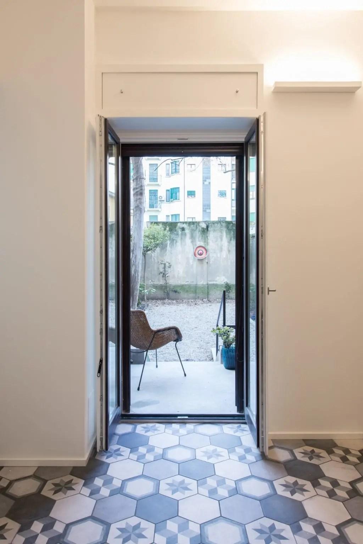 Bianco dominante e ispirazione al design scandinavo per la ristrutturazione di un duplex degli