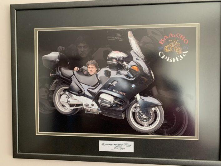 Uramljenu sliku sa omiljenim motorom Saša Pakević je držao na zidu porodičnog stana u Valjevu i još tamo stoji