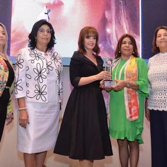 Yanira Fondeur de Hernandez recibe el gran galardón Josefina Espaillat Nanita