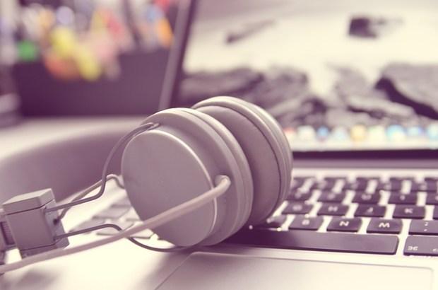 headphones-338492_640