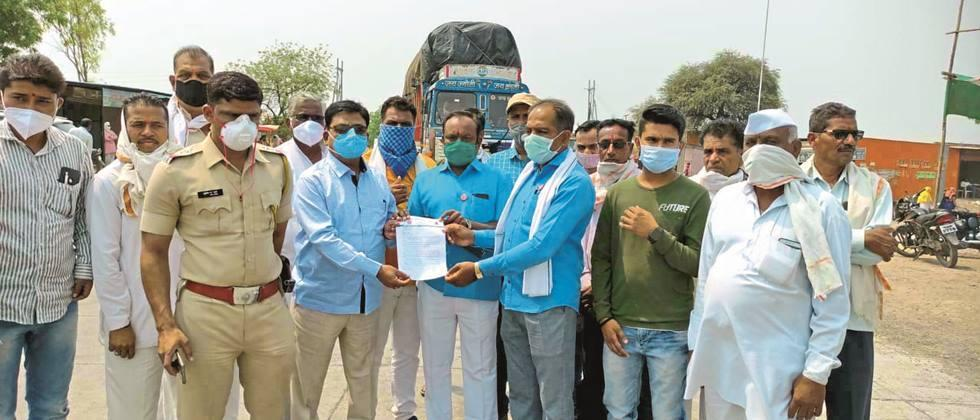 Swabhimani's 'Rasta Roko' against electricity bill collection in Beed, Jalna district
